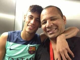 Com o pai, Neymar sorri e afirma estar realizando um sonho