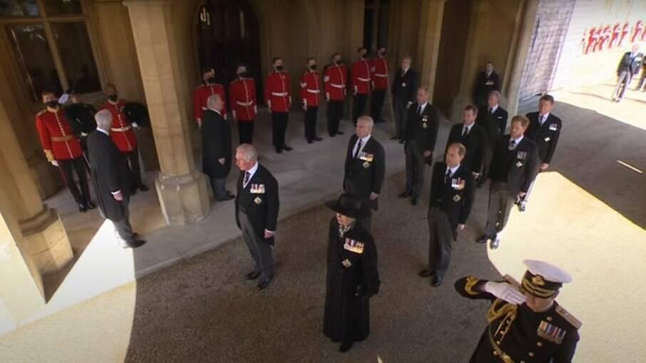 Herdeiros do trono caminham até a capela