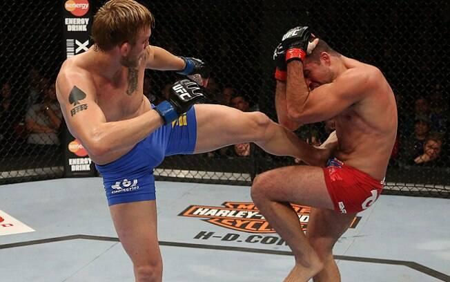 Gustafsson partiu para cima de Shogun usando  a luta em pé, sua principal habilidade