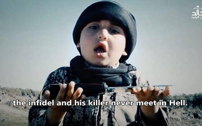 Em um dos vídeos divulgados pelo Estado Islâmico, um menino fez um breve discurso antes de entregar facas a terroristas