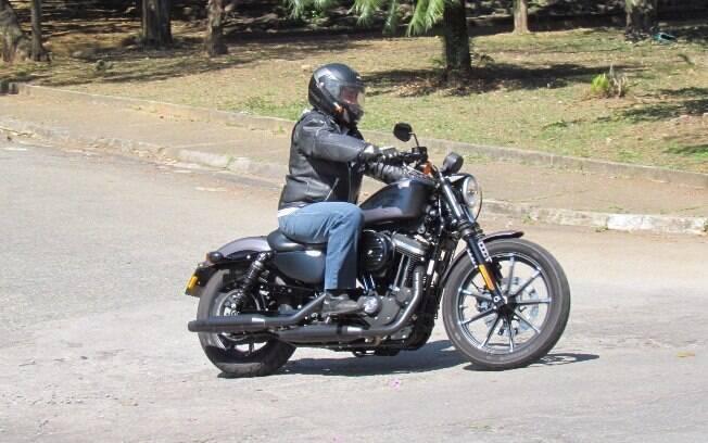 A Iron 883, modelo de entrada da marca, é simplista porém mantém intacto o espírito Harley-Davidson.