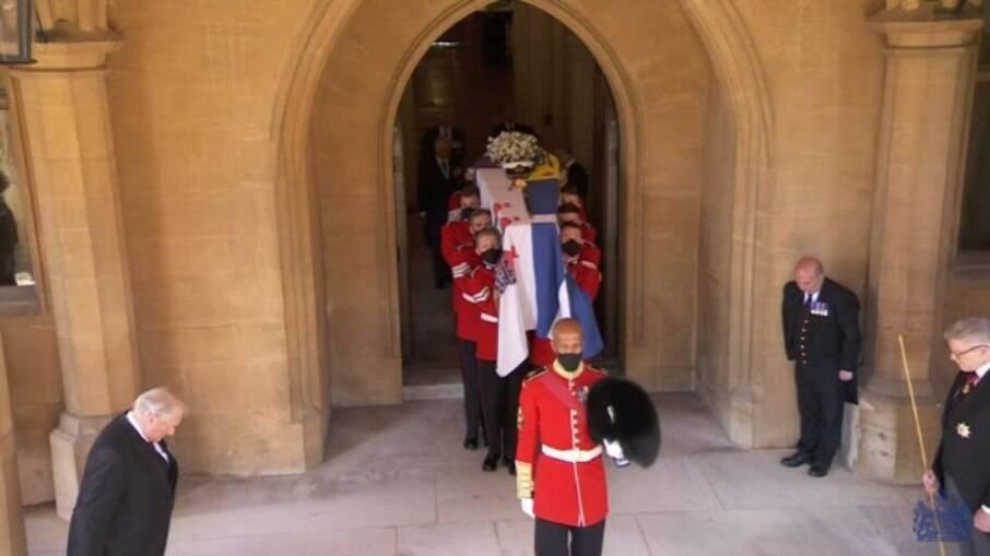 Caixão de Philip deixa o castelo de Windsor