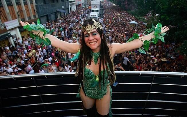 Alessandra Negrini tornou-se um protesto vivo em 2017. A rainha desfilou protestando contra o fechamento do Parque Auguesta