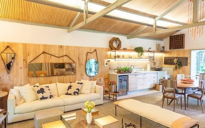 O nome do ambiente assinado pela arquiteta Marina Linhares não poderia ser melhor: Casa da Gente. Aconchegante, o espaço teve suas paredes revestidas com madeira reflorestada