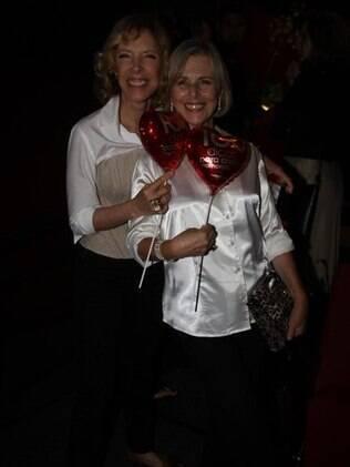 Marilia Gabriela posa com bexiga de coração ao lado da atriz Irene Ravache