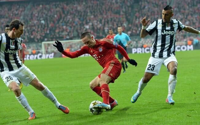 Ribery tenta se livrar da marcação na  Alemanha