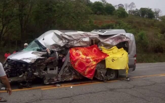 Acidentes nas estradas deixaram dezenas de vítima em todo Brasil. Em Minas Gerais, uma colisão frontal entre uma van e uma carreta matou seis pessoas de uma mesma família