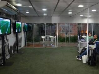 Espaço, fora da Granja Comary, tem TVs e estações de trabalho para a imprensa