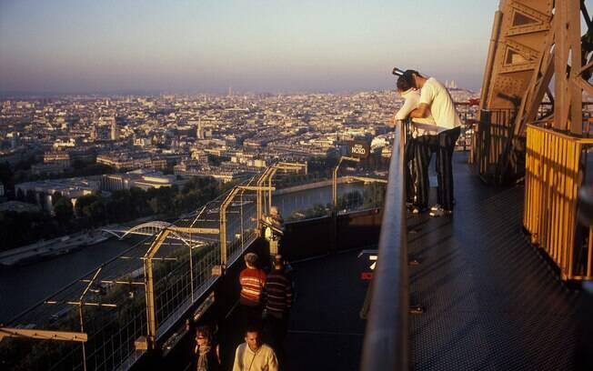 Torre Eiffel já é famosa como local para pedidos de casamento