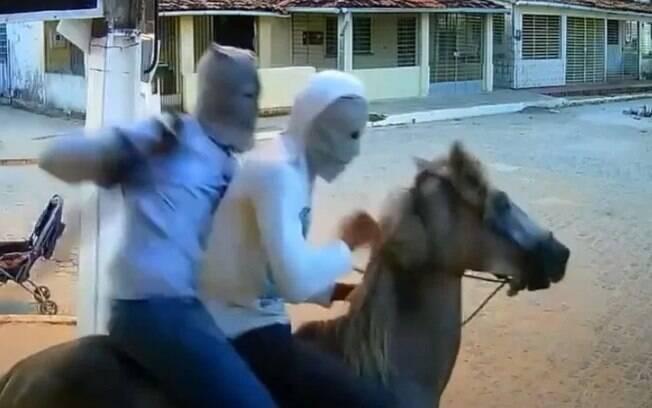 Criminosos usaram cavalo para assalto