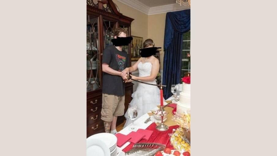 Em foto, noivo aparece usando camiseta e bermuda