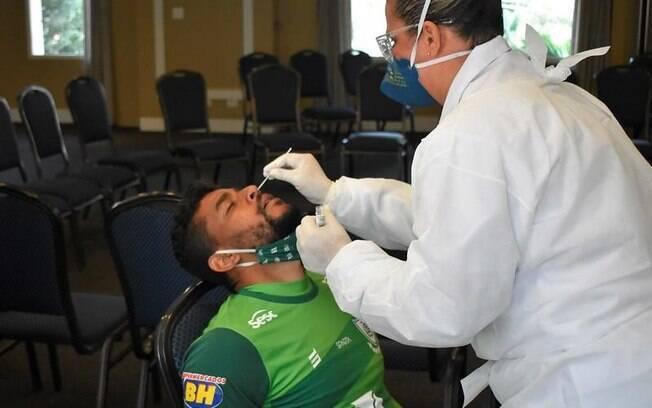 Pessoa realizando teste de covid-19