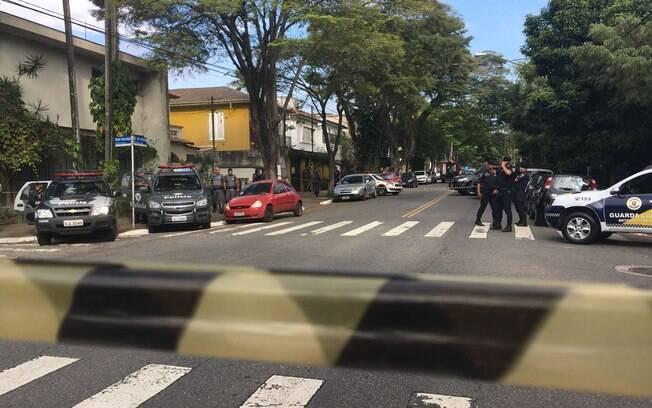 Ao final de perseguição, criminosos fizeram reféns numa casa da rua Pedro de Toledo, que precisou ser interditada pela Polícia Militar