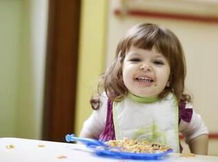 Sujar a roupa, a mesa e até mesmo o chão é comum quando a criança está aprendendo a comer sozinha