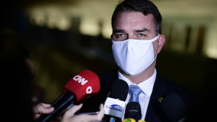 Flávio Bolsonaro em entrevista no Senado Federal