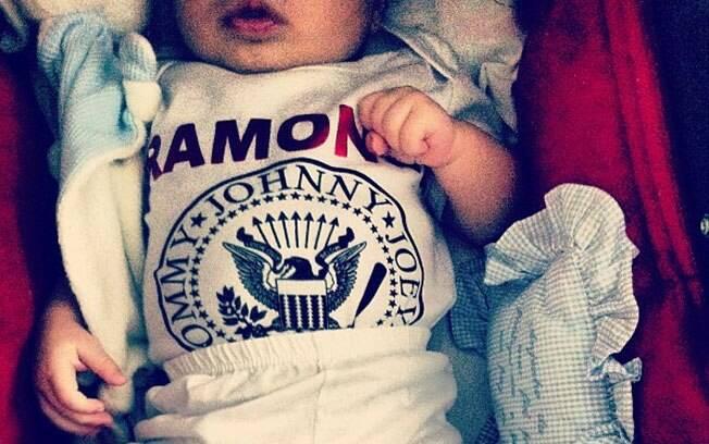 Dom, filho de Pedro Scooby e Luana Piovani, posa com camiseta dos Ramones