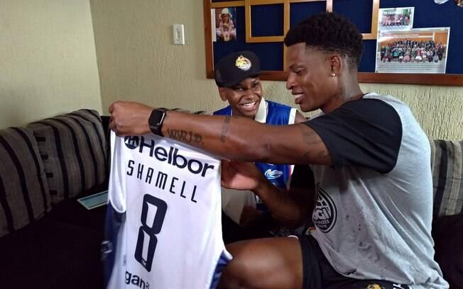 Shamell, astro do NBB, mostra camisa autografada do Mogi para o jovem José Vitor