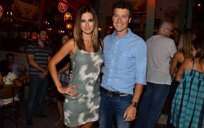 Rodrigo Faro e Vera Viel posam juntos em jantar de celebração