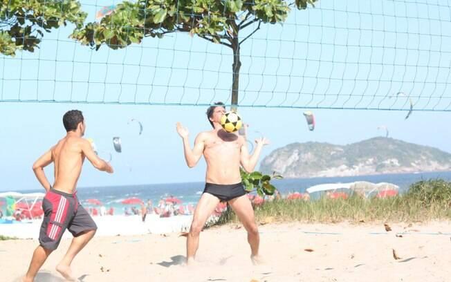 Márcio Garcia jogou futevôlei com amigos na Barra da Tijuca, no Rio
