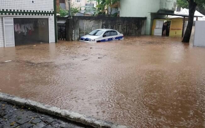 Chuvas fortes na madrugada e manhã de sábado (18) causaram alagamentos e deixaram 70 desabrigados