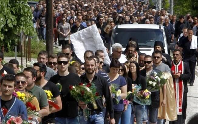Funeral de policial morto no tiroteio ocorrido na cidade de Kumanovo, Macedônia, atrai centenas