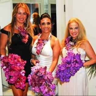 Lydia Sayeg (ao centro) levou arranjos de flores para as amigas Débora Rodrigues e Brunete Fraccarolii