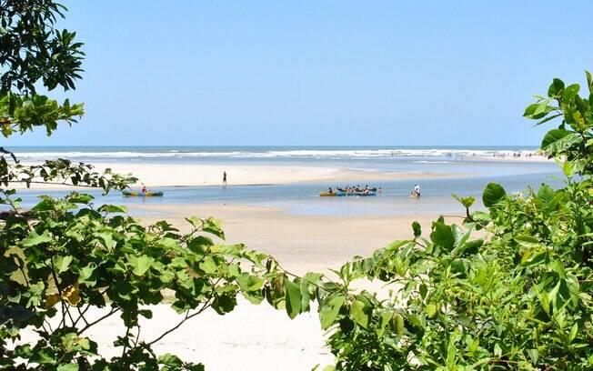 Turistas descansando na areia da Praia de Itaguaré