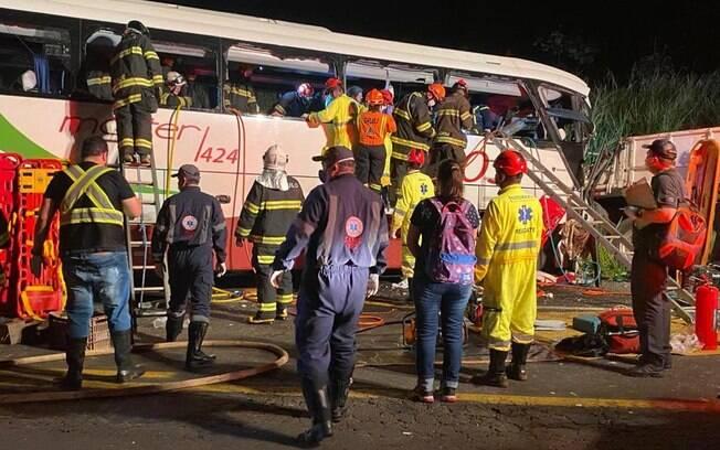 Colisão envolvendo um caminhão e um ônibus deixou, pelo menos, 7 mortos no interior de São Paulo.