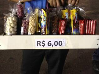 Amendoim é vendido a R$ 6 no Sambódromo do Anhembi, em São Paulo