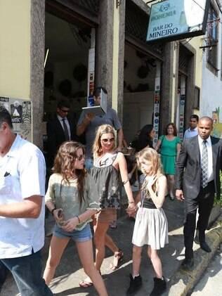 Kate Moss e sua turma na porta do famoso Bar do Mineiro, em Santa Teresa