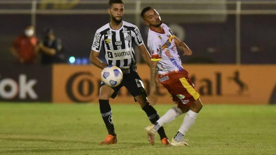 Santos joga mal, mas avança na Copa do Brasil