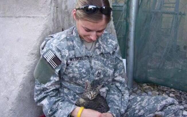A soldada Christine com o gatinho no Afeganistão
