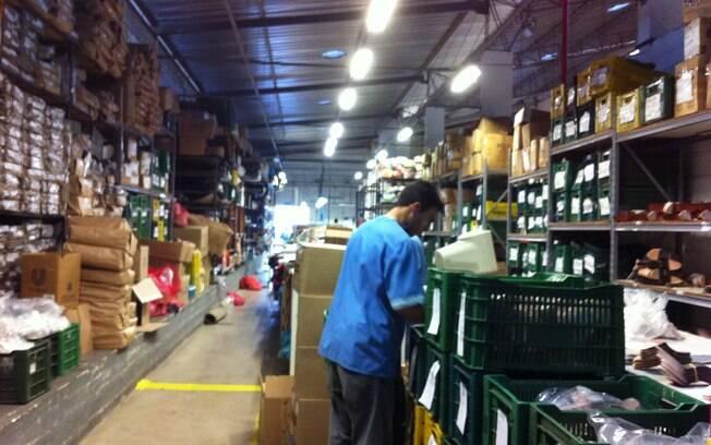 16e2de9f0a O almoxarifado da fábrica armazena todos os materiais necessários para a  fabricação dos sapatos.