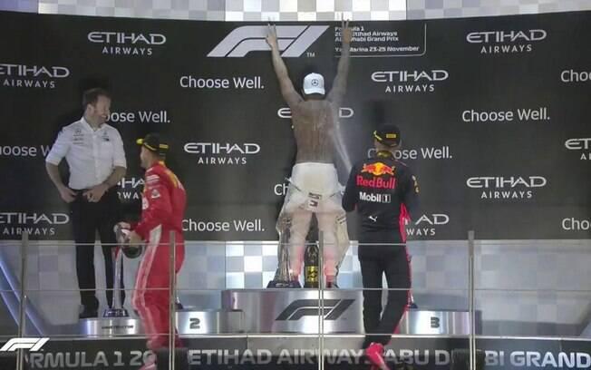 Lewis Hamilton tira o macacão e faz muita festa no pódio do GP de Abu Dhabi