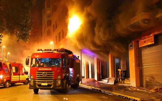 Segundo o Corpo de Bombeiros, o incêndio no centro comercial, na altura do número 1.222, começou às 3h30