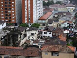 A view of homes that were damaged by the crash of a small plane carrying Brazilian presidential candidate Eduardo Campos and several campaign officials, in the port city of Santos, Brazil, Wednesday, Aug. 13, 2014. All seven people aboard the plane, including a campaign photographer and press advisor, as well as two pilots, died in the crash, City Hall press officer Patricia Fagueiro confirmed. (AP Photo/Nelson Antoine) galeria