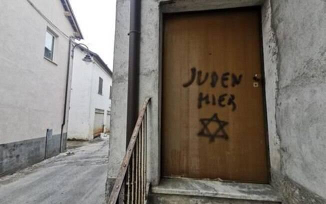 Pichação antissemita na casa de filho de vítima de Holocausto