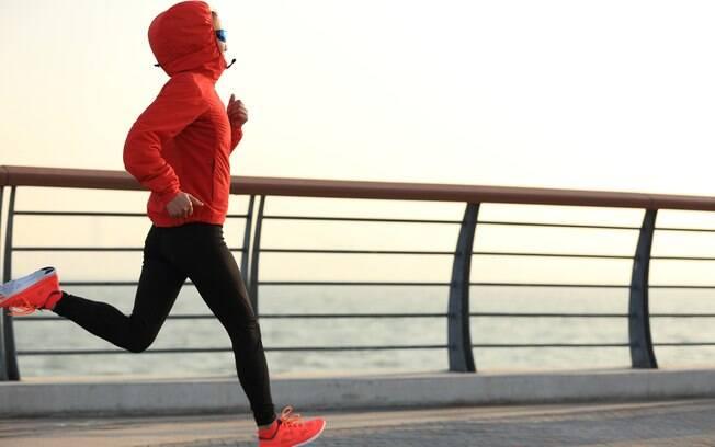 Tome cuidado na escolha das roupas ao praticar exercícios no frio, seja na academia ou ao livre