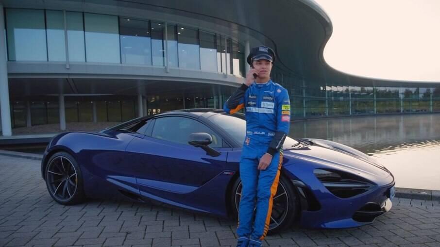 McLaren 720S e o piloto de Fórmula 1, Lando Norris, que bancou o motorista particular em um vídeo promocional