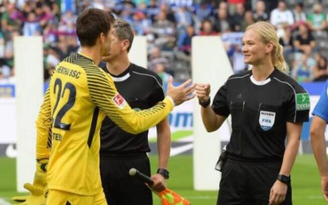 Bibiana Steinhaus fez história e se tornou primeira árbitra a apitar na elite do futebol alemão