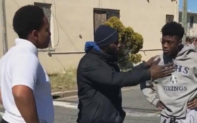 Homem é homenageado após separar briga de rua entre jovens nos Estados Unidos e vídeo viraliza nas redes sociais