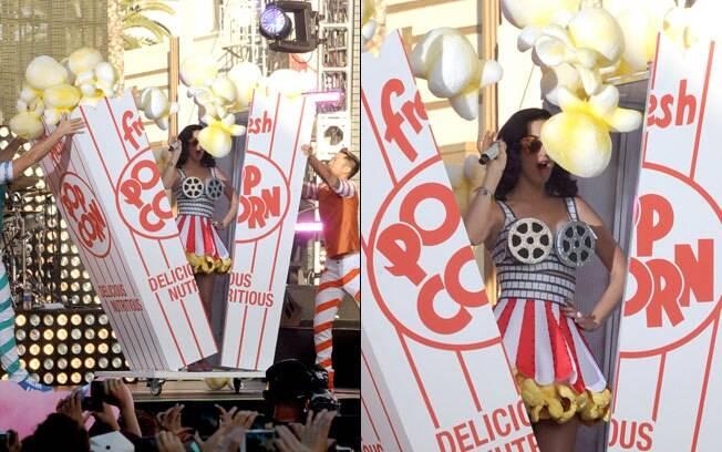 Katy Perry no momento em que o saquinho de pipoca se abre e sai a cantora