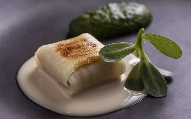 Alex Atala apresenta a receita de ravióli de vatapá com pupunha e leite de coco. Clique aqui e confira a receita