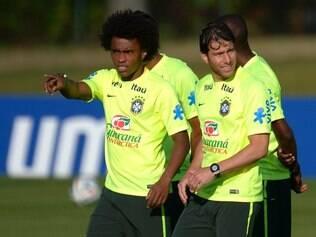 Willian vem ganhando força na seleção de Felipão e pode tomar vaga de Oscar