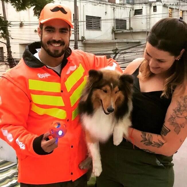 Caio Castro fez questão de conhecer o cachorro de Mariana