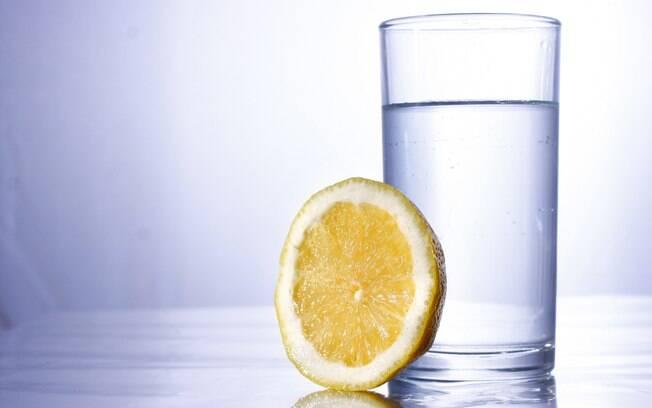 copo de água; ao lado está uma rodela de laranja