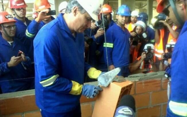 Tite põe a mão na massa nas obras da Arena  Corinthians