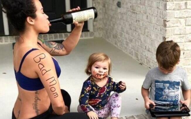 Foto irônica de Sia por estar estressada bombou nas redes sociais, e mães se identificaram com a personal trainer