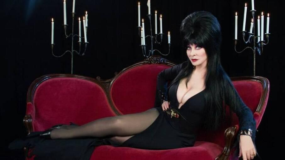 Intérprete de Elvira, a Rainha das Trevas, revela ser lésbica e tem relacionamento com mesma mulher há 19 anos