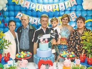 O casal Sália e Wenceslau Moura comemorou os 2 anos do fofo Murilo no último sábado (23). Na foto, eles posam juntos com os avós paternos, Walter Moura e Helena (à esquerda), e a avó materna, Wilma Gonçalves (à direita).